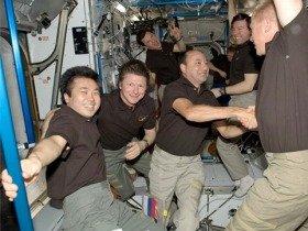 4カ月半に及ぶ宇宙長期滞在からの帰還を前に別れのあいさつを交わす若田光一宇宙飛行士たち(JAXA提供)