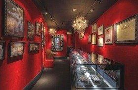 フランス本店と同じ赤と黒を基調にしたイルサンジェー店内(銀座西5番街通り)
