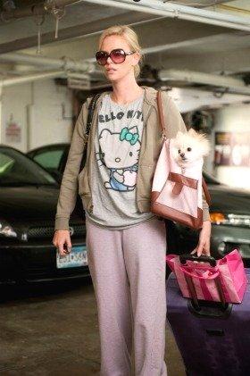 あのシャーリーズ・セロンが、キティTシャツにジャージ&ノーメイクで出演する『ヤング≒アダルト』。(c)2011 Paramount Pictures and Mercury Productions, LLC. All Rights Reserved.