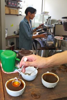 バリスタがコーヒー豆の量による香りの違いについて教えてくれる