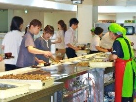 「厨房隊」は家庭料理のプロである地元の主婦