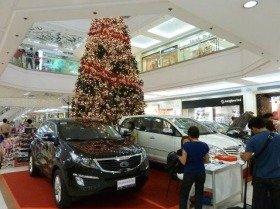 アジアのショッピングモールには自動車の展示・販売コーナーがあり、裕福層が購入していく