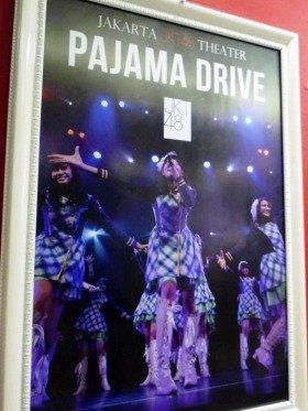 JKT48のポスター。ピカピカのショッピングモールの中にある専用劇場「JKT48シアター」で