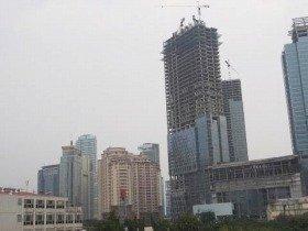 建設中のタワーマンションとショッピングモール。いまジャカルタは建設ラッシュだ