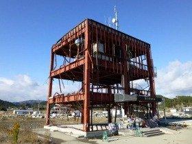 津波の凄まじさを物語る南三陸町防災庁舎。震災後21か月を過ぎても周辺広範囲ががれきの山
