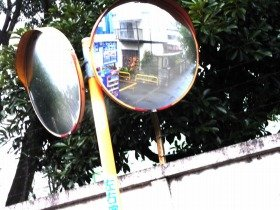 カーブミラー(道路反射鏡)は一般人でも買えるらしい。ネットで検索してみては?