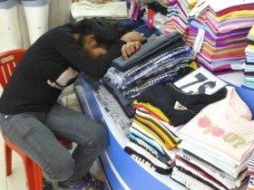 バンコクの店頭で居眠りする店員サン。東南アジアには「勤勉でない人」もたくさんいます