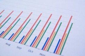 サラリーマンの平均年収は下がり続けているが、生命保険の加入者は9割を維持
