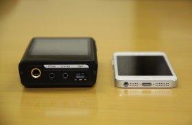 iPhone5と比べると約3倍の厚み。携行性は普及品のMP3プレーヤーに劣るが、音のクオリティーは段違い。