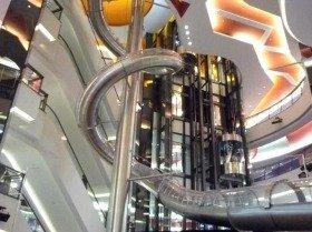 JKT劇場があるジャカルタのfxモール。銀色のチューブは6階から降りる巨大な有料すべり台(エスカレーターではありません)
