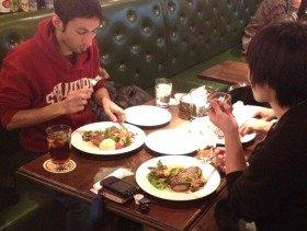 期間限定の「社員食堂」でランチを楽しむタイマーズの社員たち