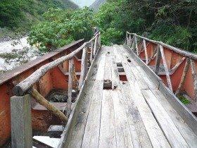 人生は元々、結構危ない橋の連続です(ペルー マチュピチュの近くにて)
