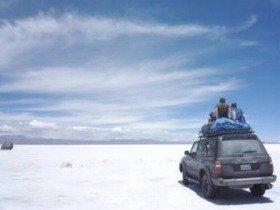 人生は短い! 遠くまで行って世界を見よう!by 冒険投資家ジム・ロジャース(写真はボリビアのウユニ塩湖)