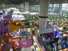 広州交易会の正式名称は「中国輸出商品交易会」。中国の貿易権は申請すれば誰でも得られる。会場はとにかくデカイ…!