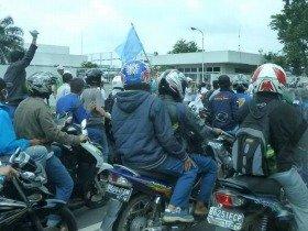 まるで暴走族!ジャカルタでは労働者の賃上げ要求デモが頻発