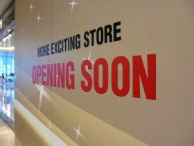 """MORE EXCITING STORE OPENING SOON""ジャカルタの勢いを象徴するような看板だ"