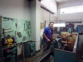工場のキューバ人。ずっとサボっていたが、カメラを向けると仕事をしている振りをしてくれた