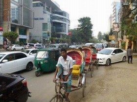 バングラデシュの首都ダッカ。人力車からオート三輪、車が入り乱れる、最凶の渋滞!