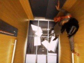 エレベーターの床がビルの底に落ちていく