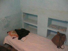 私が以前インドで泊まった一泊250円の部屋。これから身につけておくと良いスキルは「貧乏慣れ」です