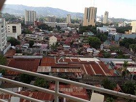 高層ビルとトタン屋根が入り交じる街、セブシティ