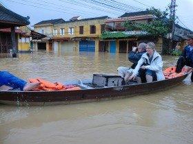 水没した旧市街を一周する即席ボートツアー!?