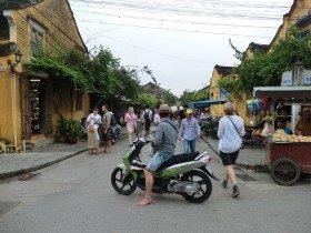 翌日午後には観光客がおしよせていた(写真上と同じ場所)