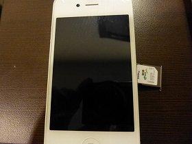 iPhone4Sの中のSIMカード。みなさんの携帯にもSIMカードは隠れています。
