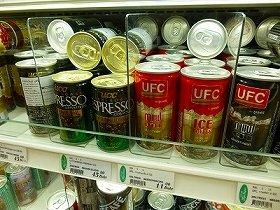 バンコクの日系スーパーにて。UCCの缶コーヒーは約150円、謎のUFC缶コーヒーは約35円。輸入品が高く国産品は安いのが途上国スタイル