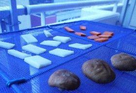 干し野菜は、カゴの中に切った野菜を並べるだけ。マンションのベランダなどで気軽に始められる。