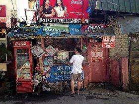 フィリピン庶民のコンビニ、サリサリストア。 ここでもだいたい、ツケが利きます。