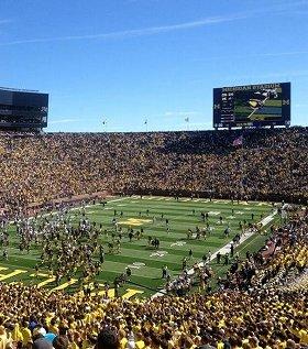 11万人収容の「ミシガン・スタジアム」。アナーバーの街の象徴でもある