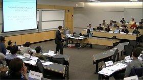 双方向の議論を促すMBAの半円形の教室