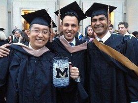 卒業しました!同級生数百人のサインが入った「マイ・ピッチャー」とともに。