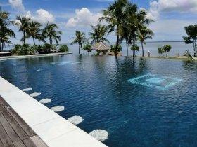 ベトナム中部のリゾートホテル。プールから海を眺めながら・・・
