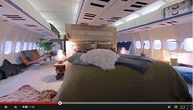 機内にはキングサイズのベッド