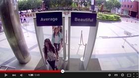 美人用のドアと「普通」用 女性はどちらを使うのか