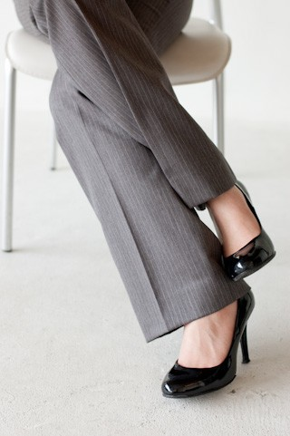 女子のオフィス服「ツインニット」 アピールするのは「従順な主体性」!?