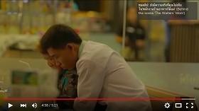 レストランで母親を抱きしめる従業員
