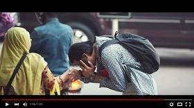 落とした財布を拾った女性(左側)と仕掛け人(右側)が握手をかわすシーン
