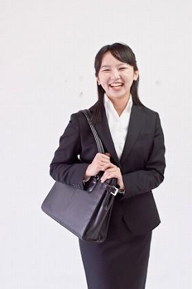 女性の正社員は、前年より23万人増