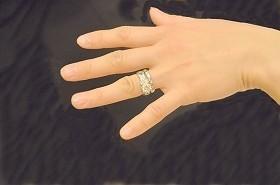 「婚約指輪で就活が有利に」説を追う 根強い「不利」派も