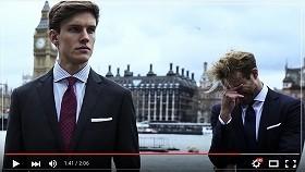 ついにロンドンに到着。眠そうなモデル(右)の横にはばっちり決めた他のモデル
