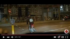「ながらスマホは危険」とスマジャケ開発 自転車大国オランダのアイデア