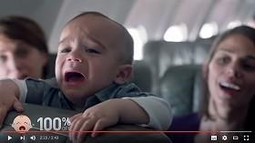 赤ちゃんが泣くと、同乗者がにんまり