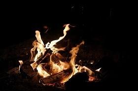 火を囲みいもを煮る懇親会も