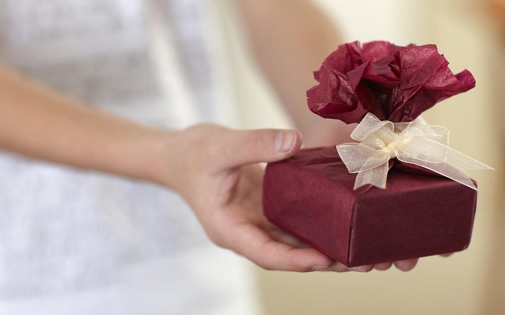 気配り女子アナに学ぶ贈り物術 相手の心温める「大人の女」に