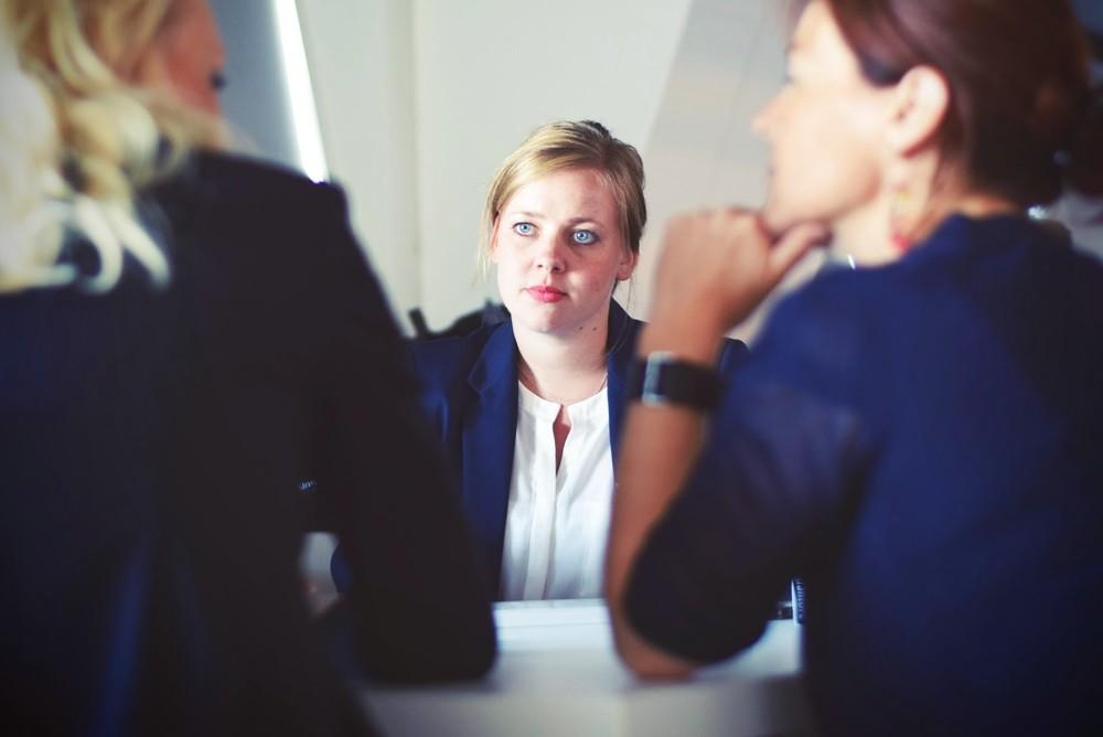 しれっと「きみ残業できる?」 面接の質問、なお「差別」残る