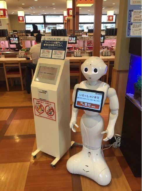 ペッパーくんが案内係見習い中 回転寿司店で空席・満席に対応