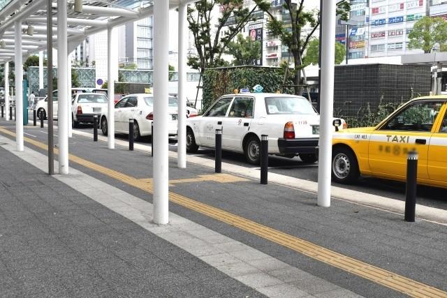 ポロシャツ姿のタクシー運転手、あまり見かけないと思いませんか?